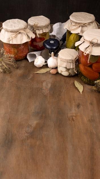 Conservas de legumes com espaço para texto Foto gratuita
