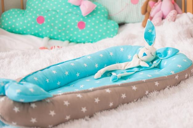 Consolador de coelho. casulo de designer para bebê em forma de berço Foto Premium