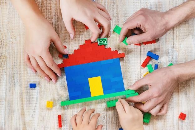 Construa uma casa de designer lego. fundo seletivo. Foto Premium