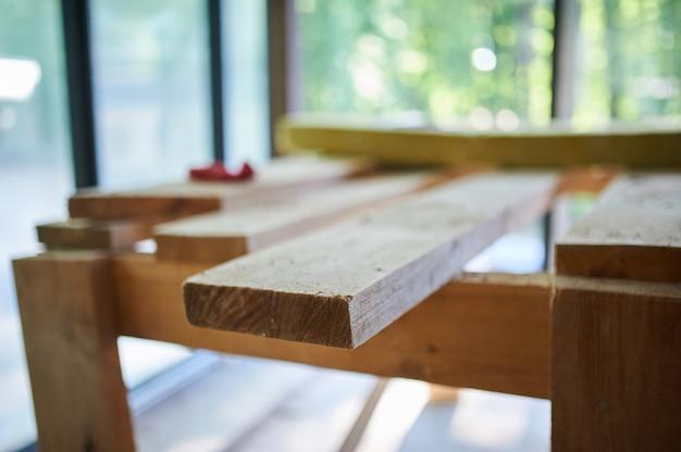 Construção, canteiro de obras em andamento para nova casa, tábuas no quarto Foto Premium