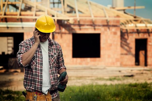Construção com celular Foto gratuita