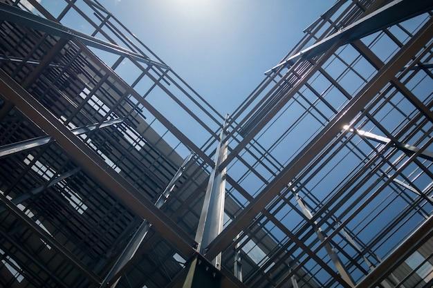 Construção de edifício no fundo do céu Foto Premium