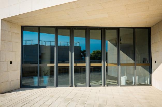 Construção de entrada de vidro Foto gratuita