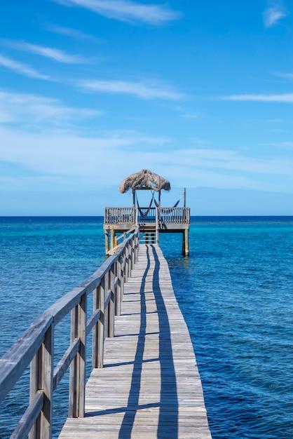 Construção de madeira no topo do mar do caribe, na ilha roatan. honduras Foto Premium