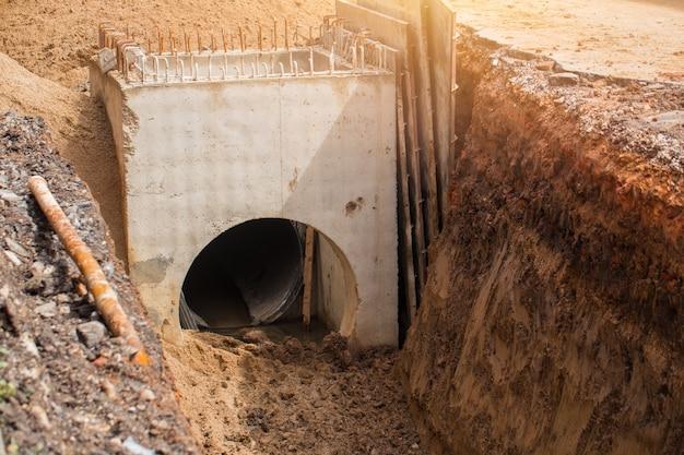 Construção de tubo de água de drenagem subterrânea Foto Premium