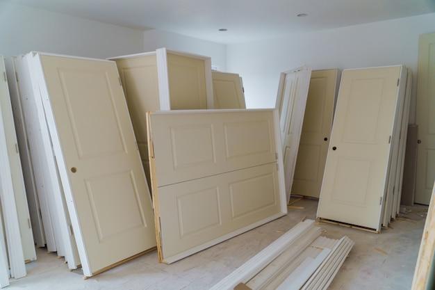 Construção interior do projeto habitacional com porta drywall instalado para uma nova casa de instalação Foto Premium