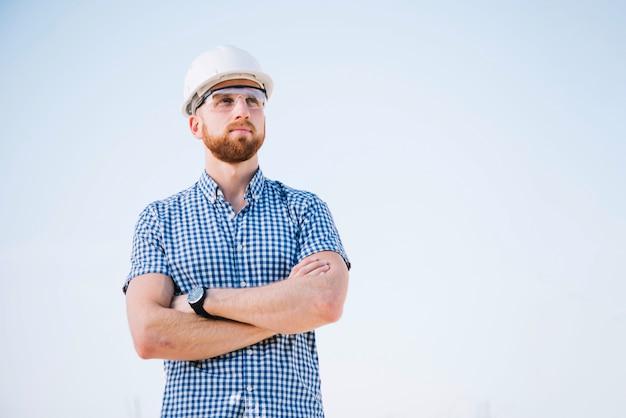 Construtor com os braços cruzados Foto gratuita