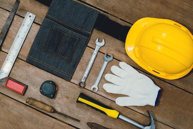 Construtor de instrumentos antigos ou renovação para construir e reparar a casa na superfície de madeira Foto Premium