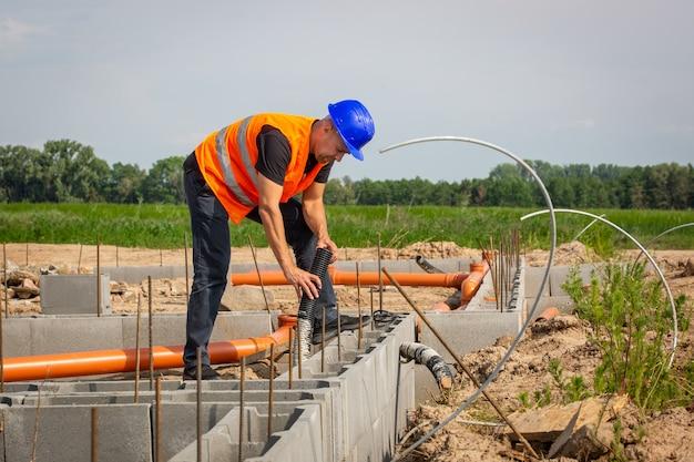 Construtor verificando a fundação do bangalô da casa, conceito de construção Foto Premium