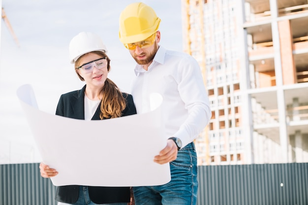 Construtores que procuram rascunhos Foto gratuita