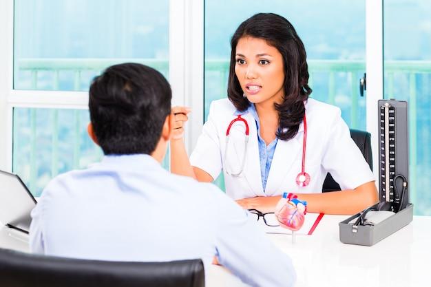 Consulta do paciente asiático Foto Premium