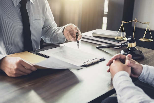 Consulta entre um homem de negócios e um advogado ou um juiz do sexo masculino consultam a reunião da equipe Foto Premium