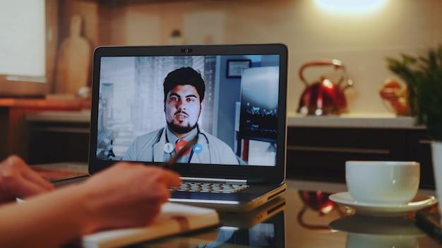 Consulta médica on-line com médico no computador em casa Foto Premium