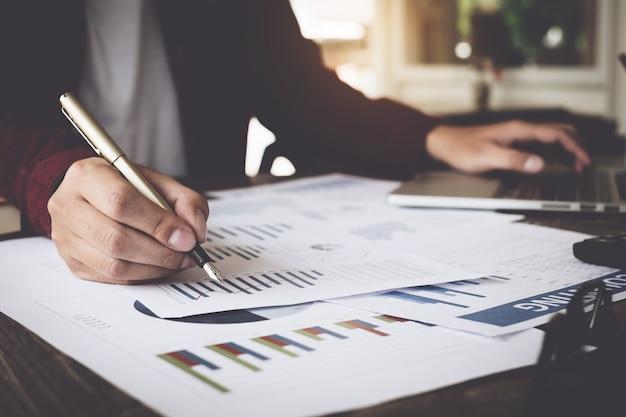 Consulte o conceito financeiro Foto Premium