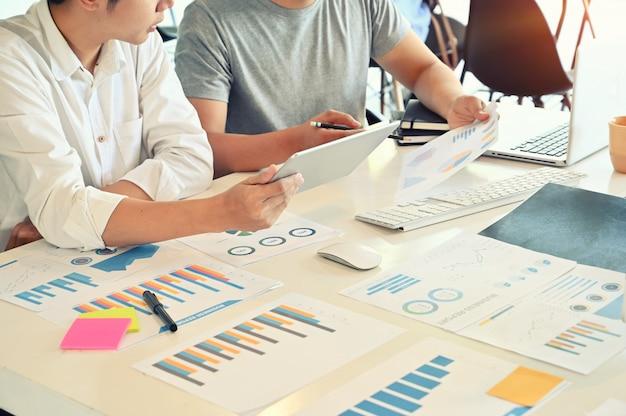 Consulte o encontro novo do homem de negócios do negócio startup na mesa de escritório. Foto Premium