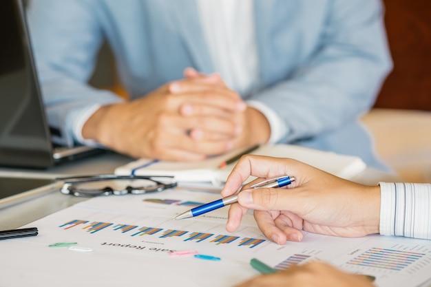 Consultor de investimento do empresário analisando o balanço do relatório financeiro da empresa com o documento Foto Premium
