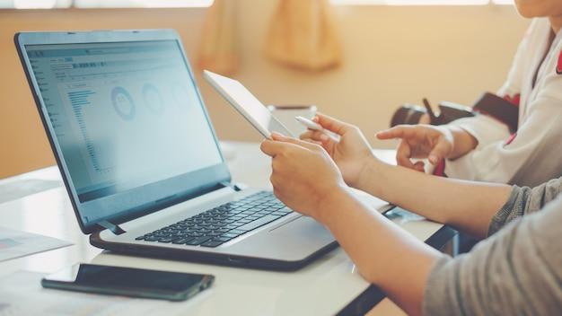 Consultor de investimento do empresário analisando o balanço do relatório financeiro da empresa. Foto Premium