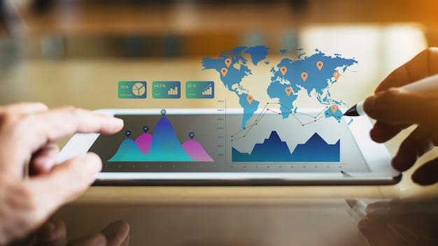 Consultor de investimento do empresário analisar relatório financeiro da empresa Foto Premium