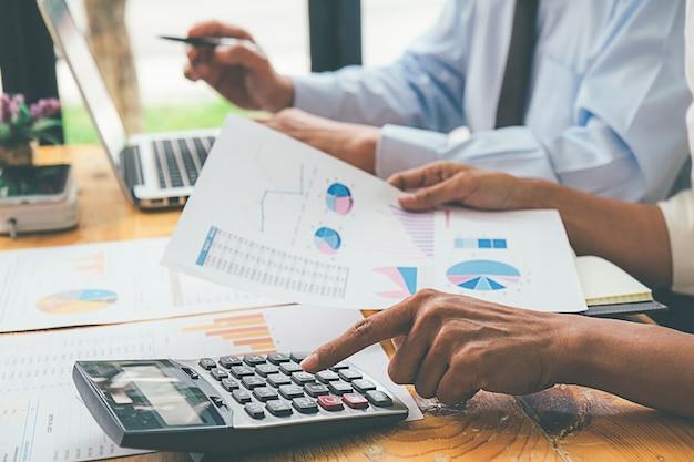 Consultor de negócios, analisando números financeiros Foto Premium