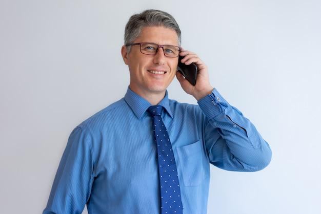 Consultor de negócios confiante a falar com o cliente a sorrir Foto gratuita