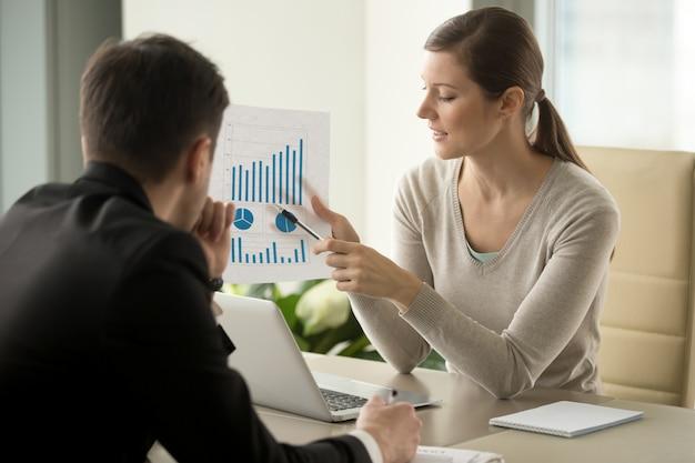 Consultor financeiro feminino, explicando o plano de negócios Foto gratuita