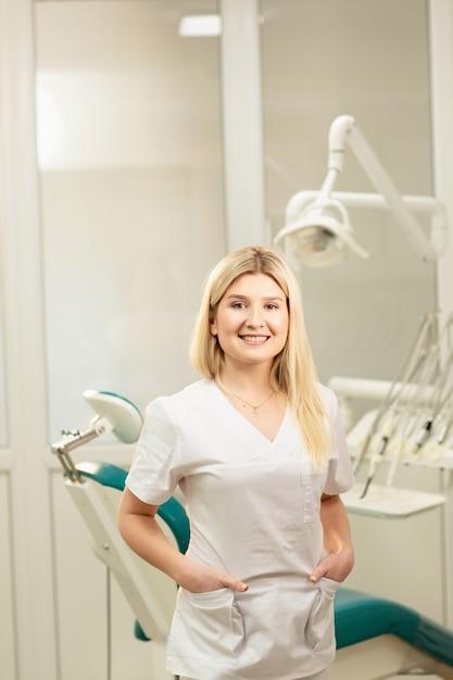 Consultório dentista. um médico dentro de um armário de dentista cheio de equipamentos médicos Foto Premium