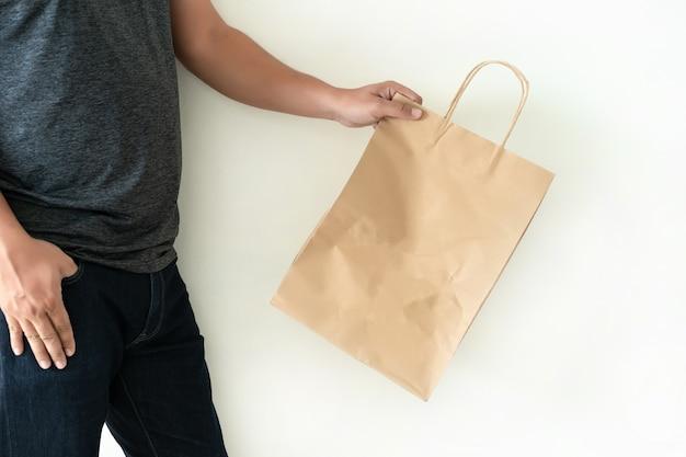 Consumer pack product homem mostra saco mock up show Foto Premium