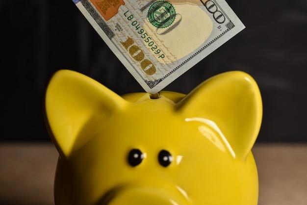 Conta de dinheiro no porco porquinho amarelo na Foto Premium
