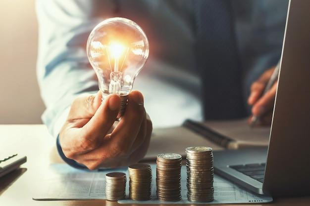 Contabilidade negócio, com, poupar dinheiro, com, passe segurar, lightbulb, conceito, financeiro Foto Premium