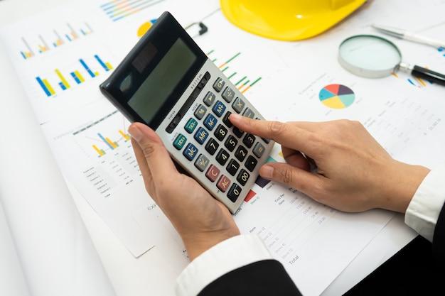 Contador asiático trabalhando e analisando o projeto de relatórios financeiros. Foto Premium