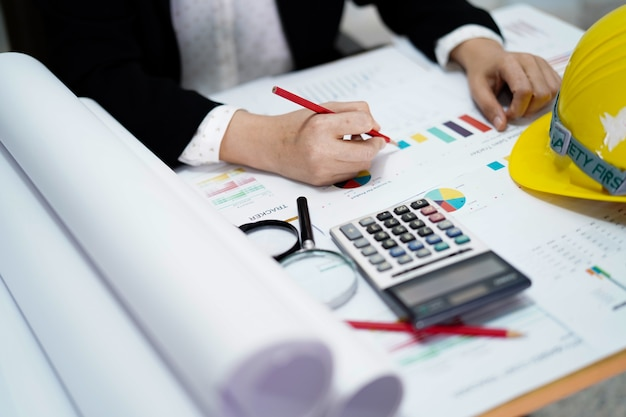 Contador com a calculadora no papel de carta. Foto Premium