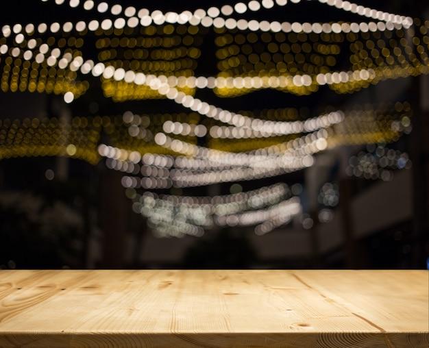 Contador de mesa de madeira com luz de fundo à noite Foto Premium