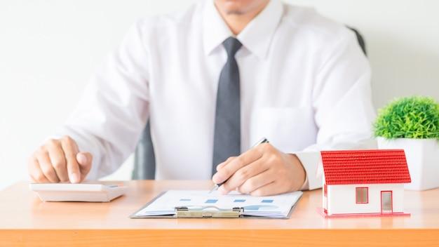Contador do homem de negócios ou do advogado que trabalha o investimento financeiro no escritório Foto gratuita