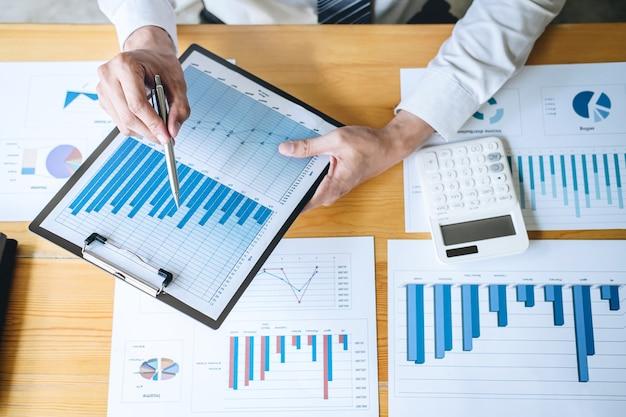 Contador trabalhando análise e calcular declaração de balanço de relatório anual de finanças de despesa Foto Premium