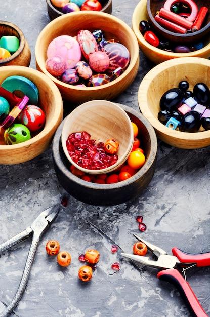 Contas coloridas em bacias de madeira Foto Premium
