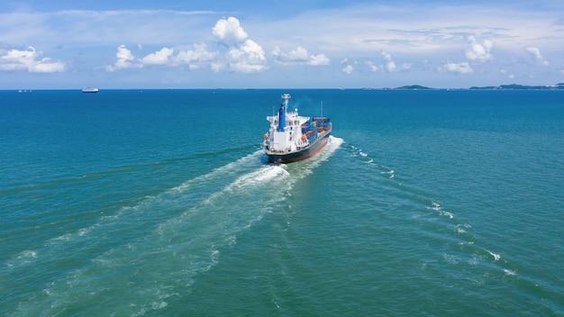 Contêineres de carga de logística de negócios da indústria navio pela câmera do mar da vista aérea do zangão Foto Premium