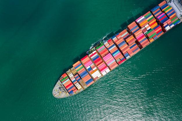Contêineres de transporte marítimo de importação e exportação Foto Premium