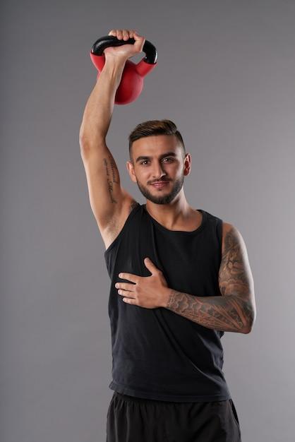 Conteúdo atleta treinando com kettlebell Foto gratuita