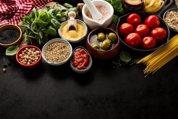 Conteúdo da comida conceito alimentar com vários ingredientes frescos saborosos para cozinhar. ingredientes alimentares italianos. exibir de cima com espaço de cópia. Foto gratuita