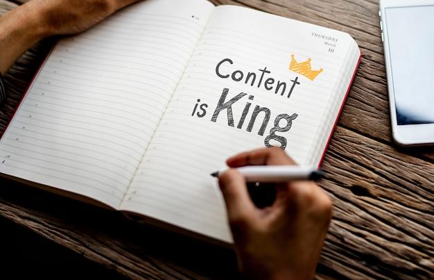 Conteúdo de frase é rei em um notebook Foto Premium