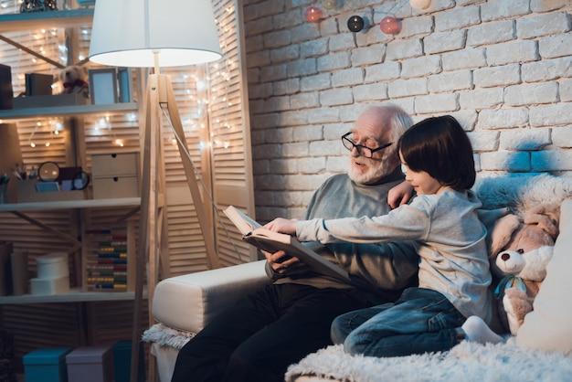 Conto de fadas de leitura do avô ao neto pequeno Foto Premium