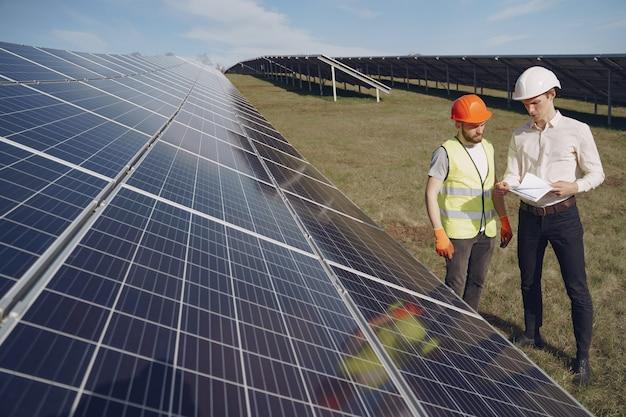 Contramestre e empresário na estação de energia solar. Foto gratuita