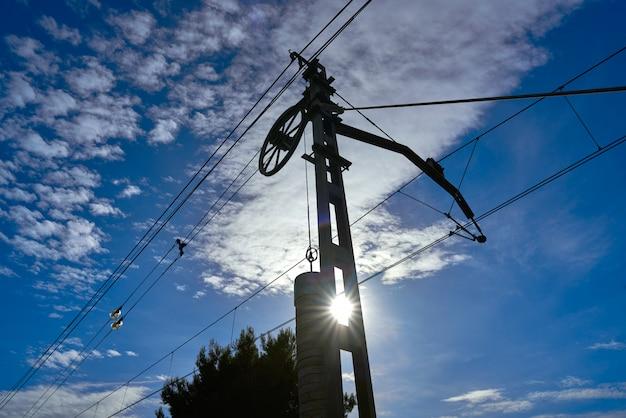 Contrapeso de cabos de trem sob o céu azul Foto Premium