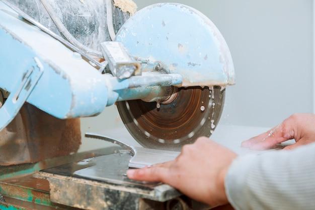 Contratante que trabalha na serra da telha o mestre corta a telha na serra Foto Premium