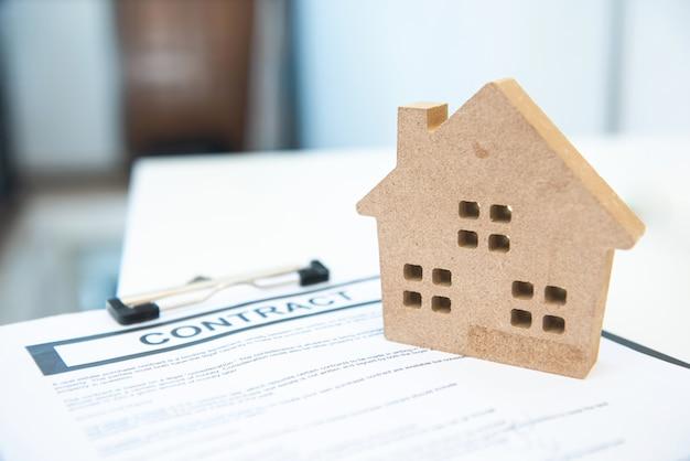 Contrate o sinal com forma do brinquedo da casa, conceito de bens imobiliários e propriedade da casa. Foto Premium