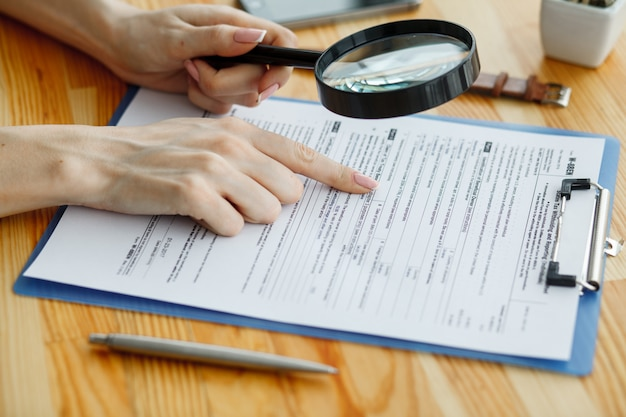 Contrato à espera de um sinal de notário na mesa Foto Premium