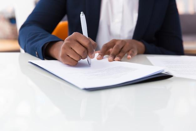 Contrato de assinatura de empresária Foto gratuita