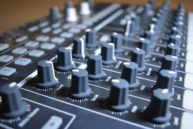 Controlador de música em primeiro plano Foto gratuita