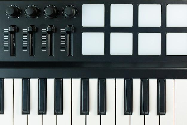 Controlador midi dispositivo de sintetizadores de som para produtor de música edm. Foto Premium