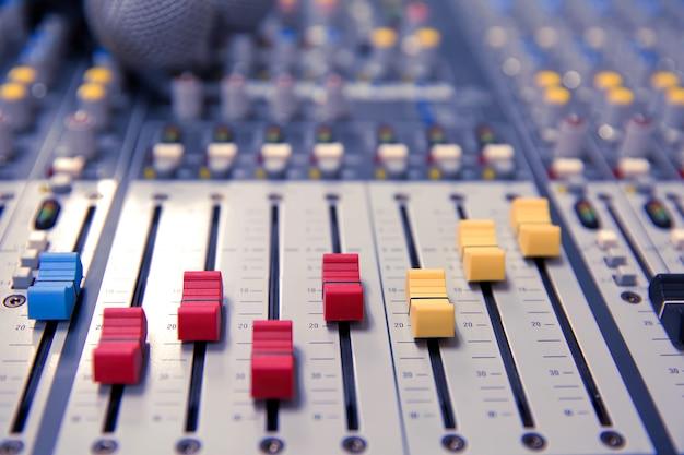 Controle de mixagem de som na sala de reuniões Foto Premium